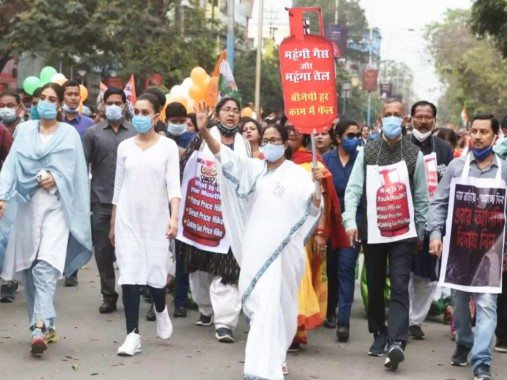 Mamata takes out march in Siliguri against LPG price hike